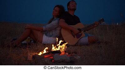 młody, posiedzenie, ognisko, szczęśliwy, guitar., romantyk, relationships., interpretacja, człowiek, para, romans, muzyka