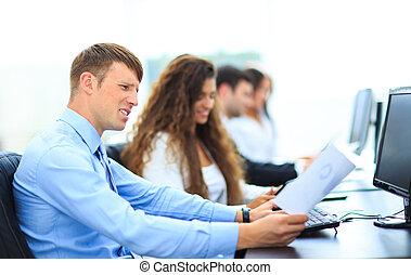 młody, pracownik, przeglądnięcie komputer, hydromonitor, podczas, roboczodniówka, w, biuro