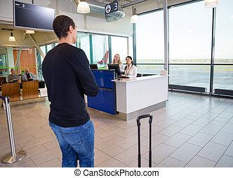 młody, samiec, pasażer, z, personel, pracujący, w, lotnisko