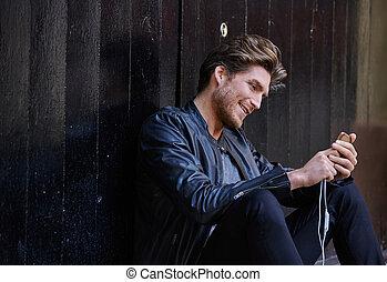 młody, smartphone, obsadzać posiedzenie, ulica