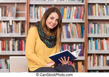 młody, student, posiedzenie, na, przedimek określony przed rzeczownikami, biblioteka