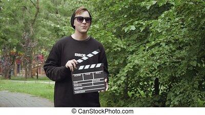 młody, sunglasses, outdoors., człowiek, clapperboard