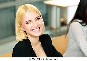 młody, szczęśliwy, kobieta interesu, posiedzenie, na, biuro