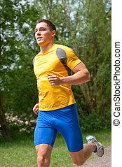 młody, szczęśliwy, uprawiający jogging