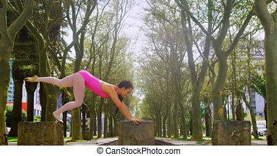 młody, tancerz, practicing, handstand, park, samica, 4k