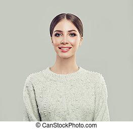 młody, uśmiechnięta kobieta, na, szare tło, portret