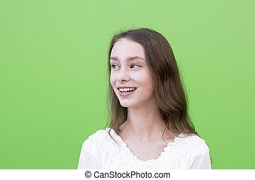 młody, uśmiechnięta kobieta, na, zielone tło