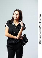 młody, uśmiechnięta kobieta, w, czarnoskóry, formalne ubranie, reputacja, na, szare tło