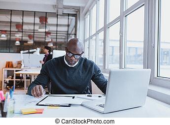 młody wykonawca, na, jego, biurko, czytanie, niejaki, dokument