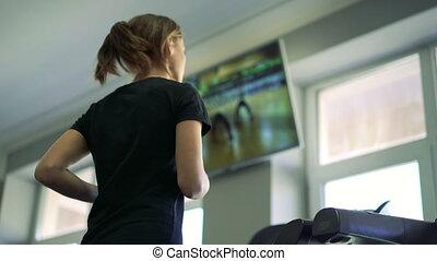 młody, zdrowa kobieta, wyścigi, na, treadmill., 4k