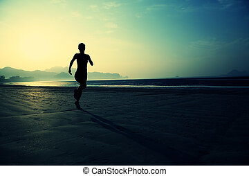 młody, zdrowy lifestyle, kobieta bieg, na, wschód słońca, plaża