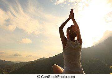 młody, zdrowy lifestyle, kobieta, praktyka, yoga, na, górski daszek