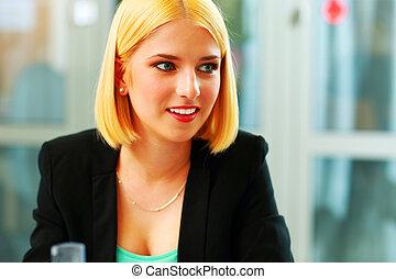młody, zdziwiony, kobieta interesu, sittign, na, biuro