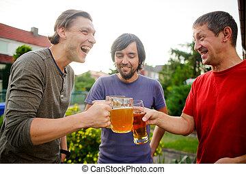 młodzi mężczyźni, za, trzy, szkło, piwo, czas, przebyć, ...