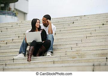 młodzież, posiedzenie na kroczy, od, schody, z, laptop