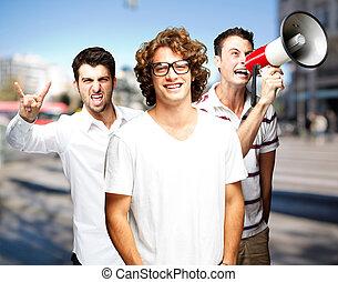 młodzież, rozkrzyczany, z, megafon, na, miasto