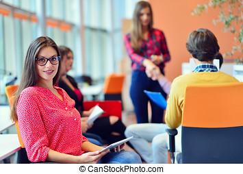 młodzież, spotkanie, z, palcowa pastylka, w, startup, biuro