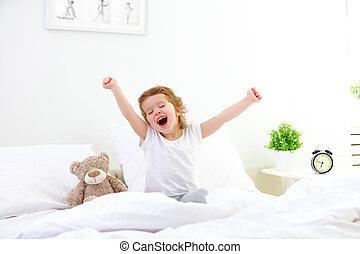 mañana, despertar, niño, niña, en cama
