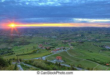 mañana temprana, y, salida del sol, encima, colina, de, piedmont, italy.