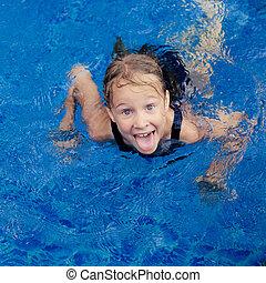 mała dziewczyna, kałuża, pływacki