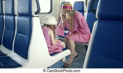mała dziewczyna, korzystać, niejaki, smartphone, i, posiedzenie, przed, jej, mamusia, w, przedimek określony przed rzeczownikami, pociąg