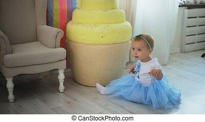 mała dziewczyna, posiedzenie na podłodze, śmiech