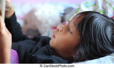mała dziewczyna, staże, czytanie książka