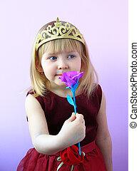 mała dziewczyna, w, korona, pachnący, flower., dziecko, w, piękny, strój, uśmiechanie się