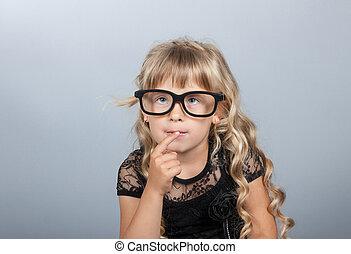 mała dziewczyna, w, okulary, myślenie