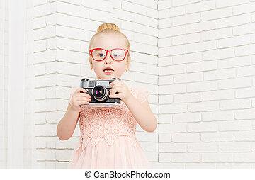 mała dziewczyna, w, okulary, z, retro, aparat fotograficzny