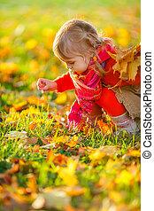 mała dziewczyna, w parku