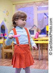 mała dziewczyna, w, przedszkole