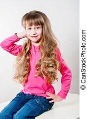 mała dziewczyna, z, długi, kędzierzawy włos