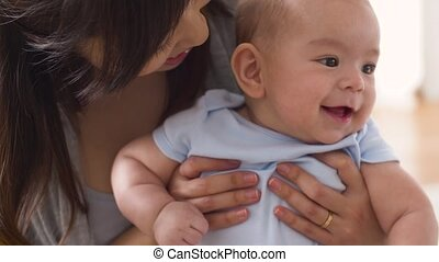 mała macierz, młody, całowanie, niemowlę, dom, szczęśliwy
