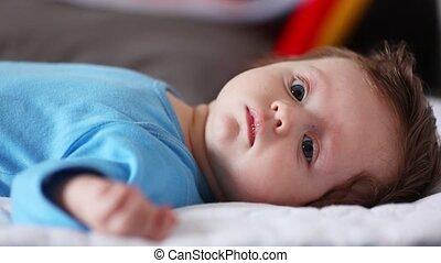 małe dziecko, cyganiąc na dół, w, niejaki, łóżko