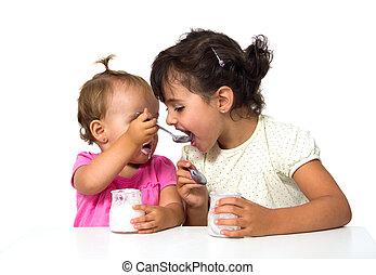 małe dziewczyny, jedzenie, jogurt