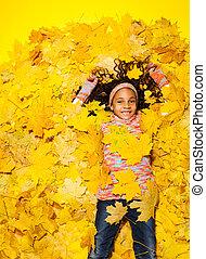 mały, afrykanin, dziewczyna, pokryty, z, autumn odchodzi