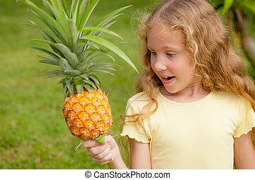 mały, ananas, dzierżawa wręcza, dziewczyna, szczęśliwy