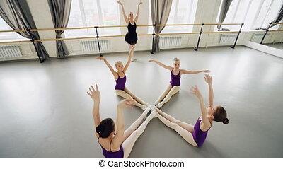 mały, balet, kąt, załamuje, pilny, podłoga, teacher., kierownictwo, tancerze, herb, studio, wysoki, rozciąganie, wykonując, pod, naprzód, ruchomy, posiedzenie, prospekt