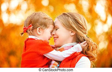 mały, córka, family., dziecko, gra, jesień, macierz, całowanie, szczęśliwy