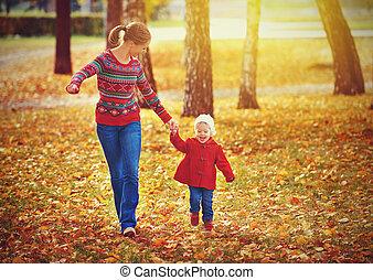 mały, córka, rodzina, dziecko, chód, jesień, macierz, szczęśliwy