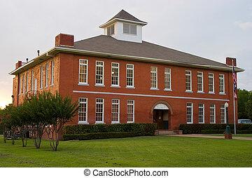 mały, czerwony, budynek mieszkalny dyrektora wraz z internatem dla młodzieży