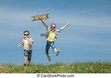 mały, dzieciaki, park, interpretacja, time., zabawka airplane, tektura, dzień