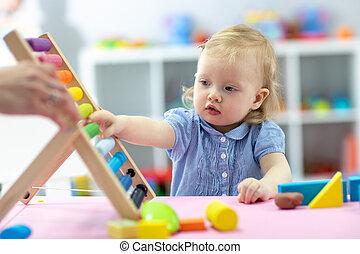 mały, gry, posiedzenie, stół, dziewczyna, liczydło, koźlę