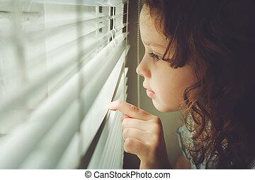 mały, instagram, filter., patrząc, okno, przez, tło, dziecko, poza, blinds., toning