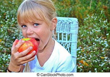 mały, jedzenie jabłko, dziewczyna