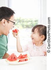 mały, jedzenie, ojciec, owoce, dziewczyna, szczęśliwy