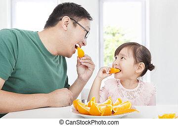 mały, jedzenie, ojciec, pomarańcza, dziewczyna, szczęśliwy