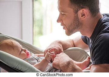 mały, jego, ojciec, młode przeglądnięcie, dziecko, baby., ...
