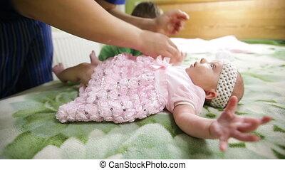 mały, jej, kładzenie, mamusia, dziewczyna niemowlęcia, strój